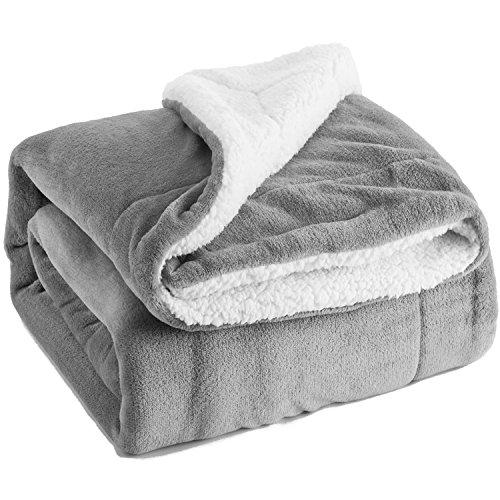 Bedsure Kuscheldecke Grau zweiseitige Decke aus Sherpa Fleece 150x200cm, extra warm& weich Wohndecke in Winter, super Flauschige Dicke Sofadecke, leichte Mikrofaser-Fleecedecke als Überwurf