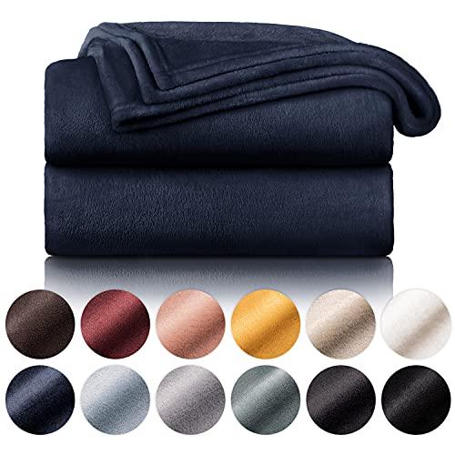 Blumtal Flauschige Kuscheldecke – hochwertige Wohndecke, super weiche Fleecedecke als Sofaüberwurf, Tagesdecke oder Wohnzimmerdecke, 150 x 200 cm, Tiefseeblau